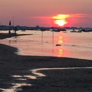 Ripresa in spiaggia di un tramonto osservato dai socii AVP partecipanti al Residenziale della Repubblica del 2 giugno 2015.