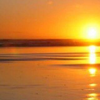 Guardare al sole riflesso nel mare